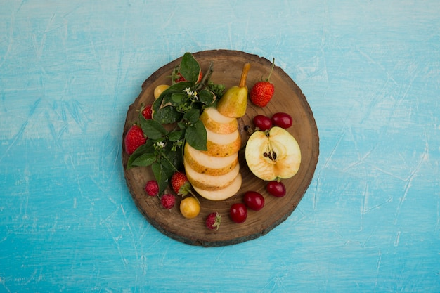 Round fruit platter with pears, apple and berries in the middle