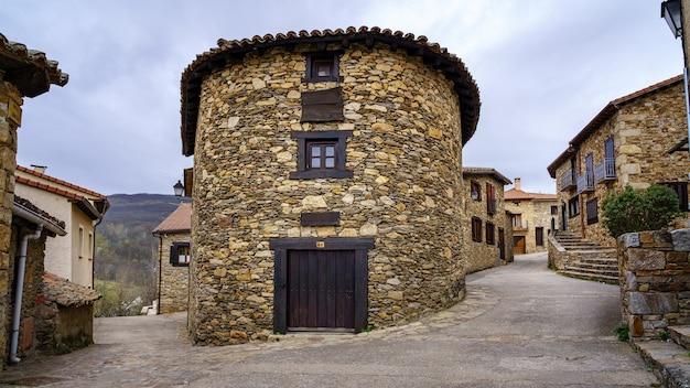 오래된 중세 마을에 위치한 나무 문과 창문이있는 조각으로 만들어진 둥근 집. horcajuelo 마드리드. 마드리드.