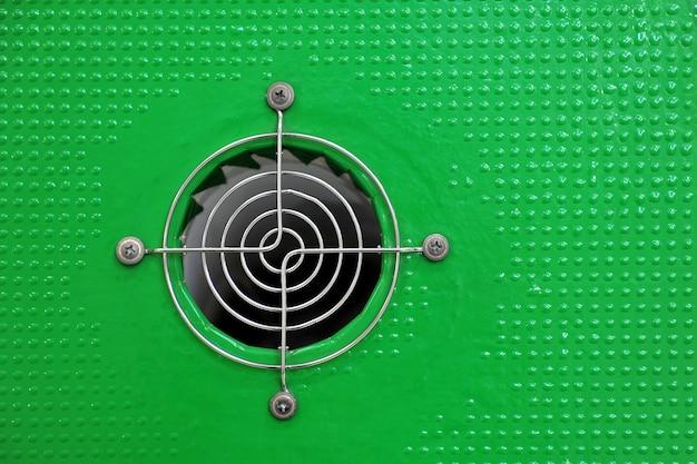 Вентиляционная решетка круглая решетчатая перед вентилятором компьютера. Premium Фотографии