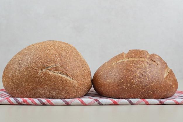 テーブルクロスの上の丸いパン。高品質の写真
