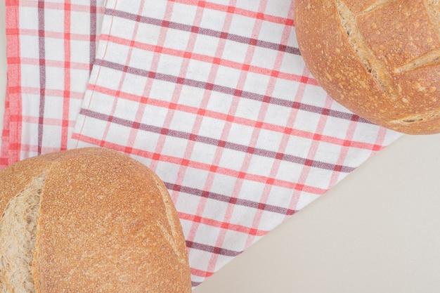 テーブルクロスに丸い一斤のパン