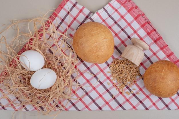 식탁보에 귀리 곡물과 빵의 둥근 덩어리