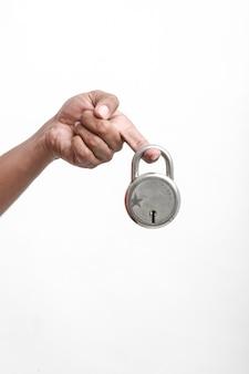 둥근 자물쇠와 열쇠를 손에 들고.