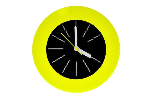 白い縞模様の丸いモダンな時計、中央を指す薄い黄色の時計の針は、午後1時または午前1時の時間を持っています。時計の真ん中は緑の円の炎に囲まれた黒です。白で隔離。