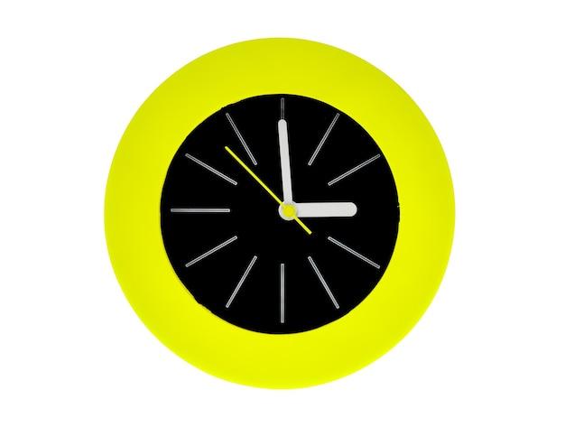 白い縞模様の丸いモダンな時計、中央を指す黄色の時計の針は、午後3時または午前3時の時刻を持っています。時計の真ん中は緑の円の炎に囲まれた黒です。白で隔離。