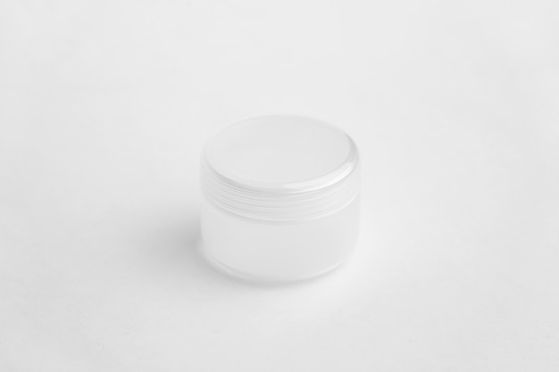 コピースペースで白い背景に分離されたクリームの丸いパッケージ。
