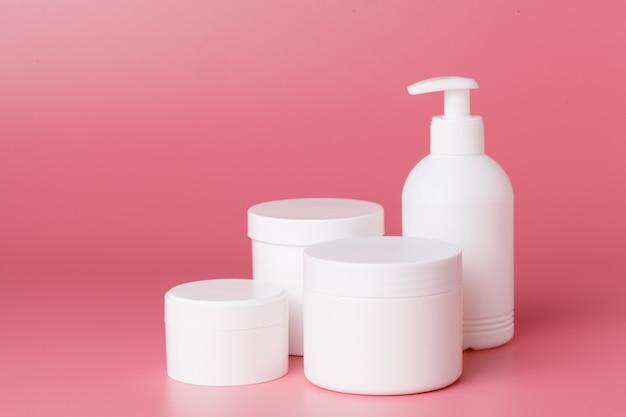 Круглая упаковка крема. баночка крема, изолированная на розовом