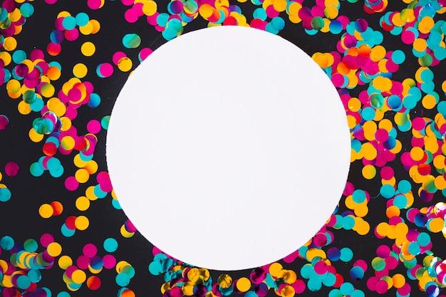 Круглый лист с рассеянными яркими блестками