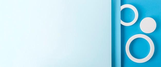 Круглые подиумы на синем картонном фоне из сложенного бумажного материала. вид сверху, плоская планировка. баннер.