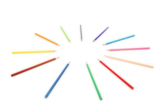 ホイールの中心に向けられ、向けられた鈍い色鉛筆による丸い半径と円の配置。テキストを挿入するために、白い背景にコピースペースがあります。