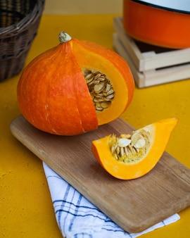Круглая спелая тыква в разрезе на деревянной доске