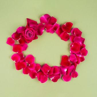 丸い赤い花びらのフレームをバラ