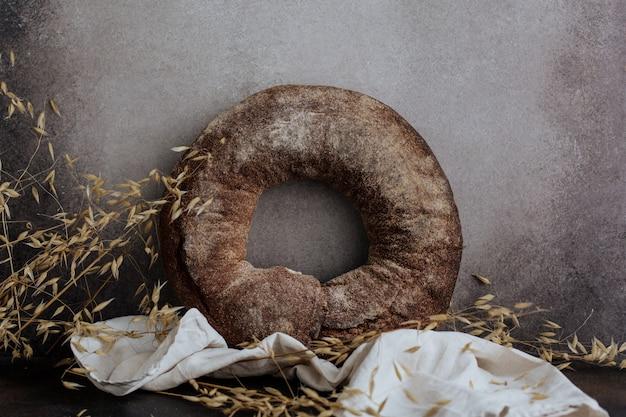 リネンナプキンの丸いライ麦パン