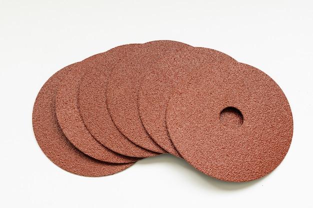 Набор круглой наждачной бумаги с белой поверхностью