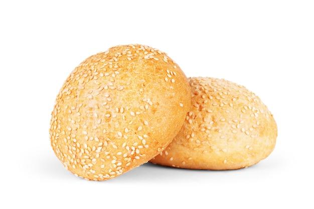 白い背景に分離されたゴマと丸いサンドイッチパン