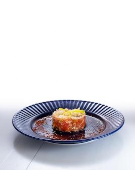 파란색 접시에 씨앗이 있는 둥근 모양의 미식가 샐러드.