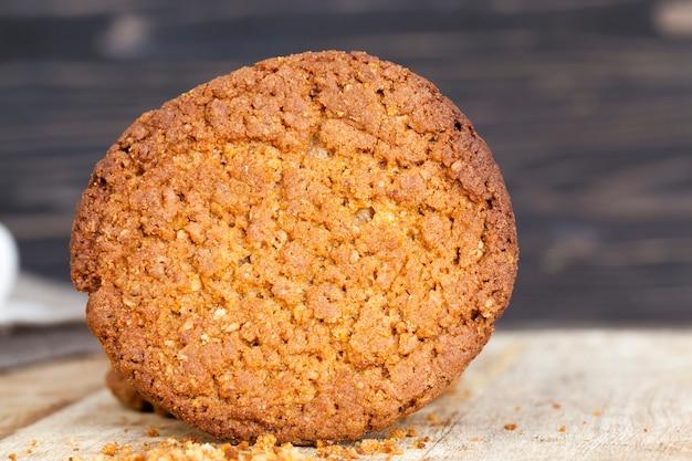 둥근 모양의 맛있는 오트밀 쿠키 둥근 모양의 나무 테이블에 누워, 비스킷 건조하고 부서진