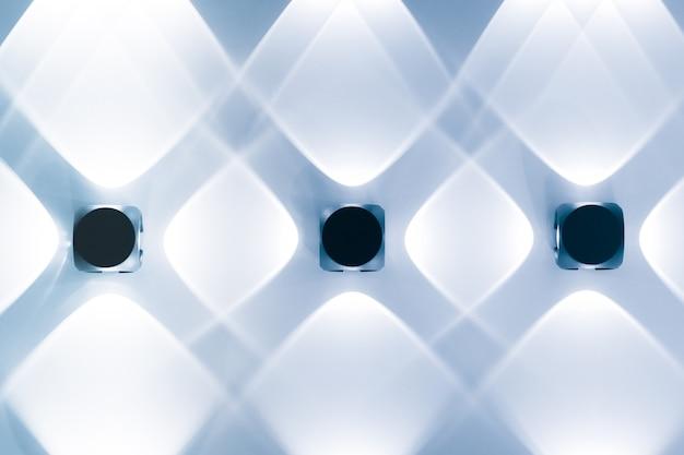 Плетеные светильники круглой формы с лампочкой на фоне деревянного потолка