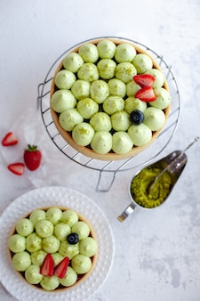 グリーンピスタチオクリームとストロベリージャムの丸いショートクラストケーキ