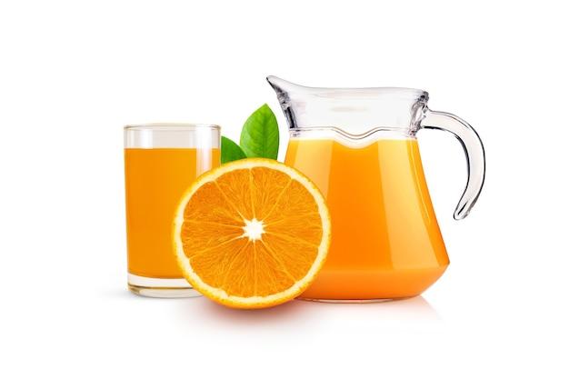 흰색 배경에 격리된 주전자 유리에 오렌지가 든 라운드 슬라이스 및 오렌지 주스