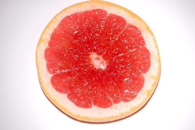 흰색 표면에 고립 된 자 몽의 라운드 조각. 신선한 과일의 둥근 조각.