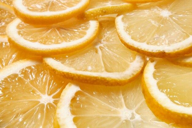 Круглые дольки свежего лимона заделывают.