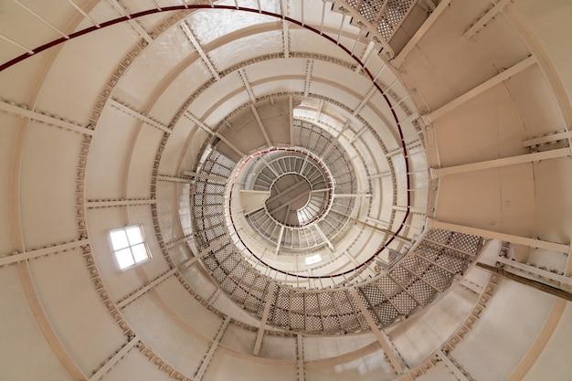 ポティ灯台の内部にある丸い階段、ジョージアへの旅