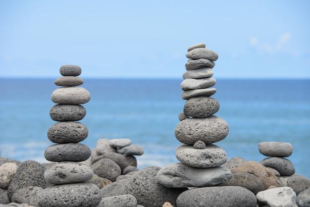 Пирамида сложена круглыми камнями на берегу моря, концепция баланса