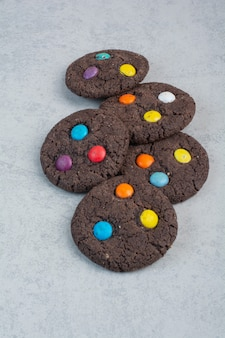 Biscotti al cioccolato dolci rotondi su sfondo bianco