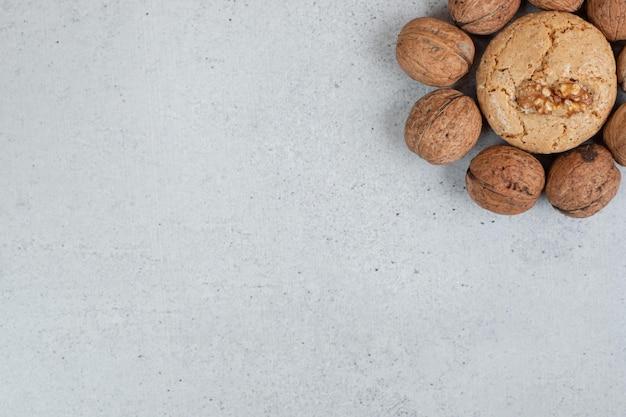 Biscotti dolci rotondi con noci su priorità bassa bianca.