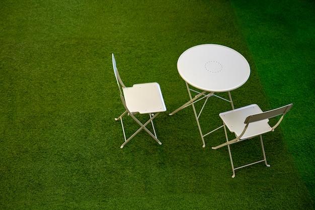 원형 테이블과 접이식 의자 2 개