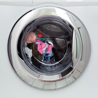 Round transparent door hatch automatic washing machine, and the washing of coloured linen in it.