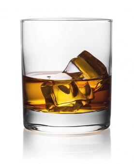 氷とウイスキーの丸い透明なガラス Premium写真