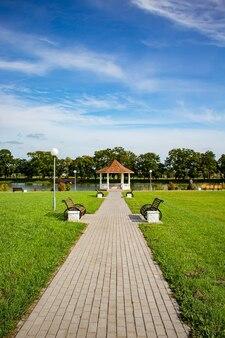 湖のほとりの公園の丸い金庫とベンチで歩く小道の仕事