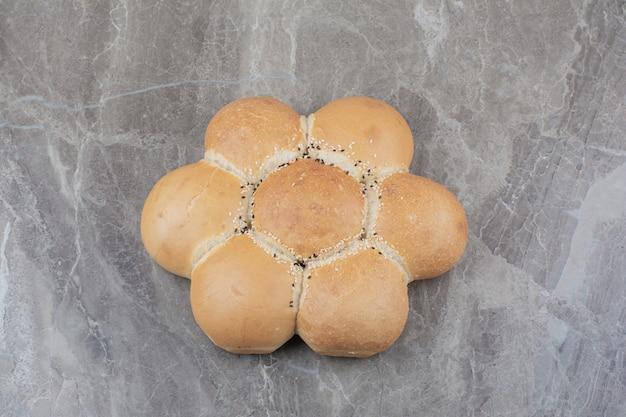 Un pane bianco rotondo sulla superficie di marmo