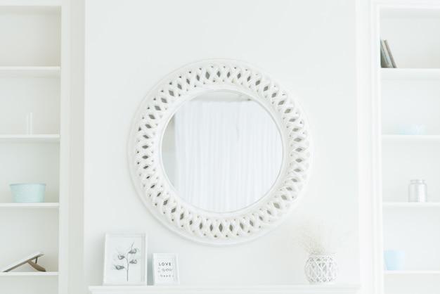 光の壁に丸い白い鏡