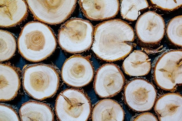 Круглая текстура древесины. стена облицована необработанным деревом.