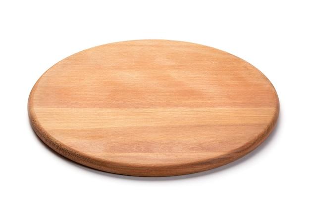 흰색 배경에 격리된 피자를 위한 둥근 나무 커팅 보드. 전체 피사계 심도. 식품 프로젝트를 위한 모형.