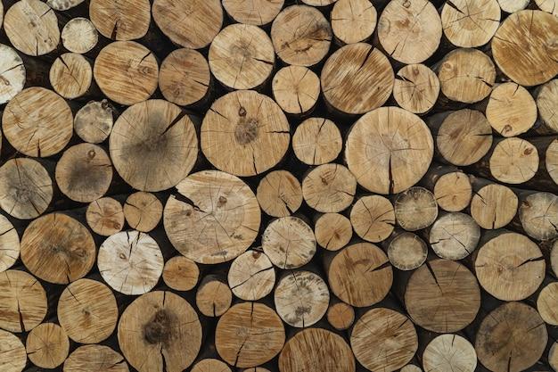Круглые деревянные пни, текстура фон. дрова сложены и подготовлены к зиме. деревянная куча. лесная промышленность