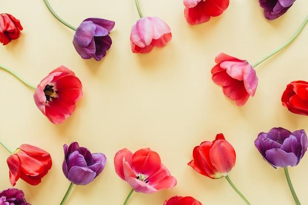 Круглый венок кадр копией пространства макет. цветы тюльпана