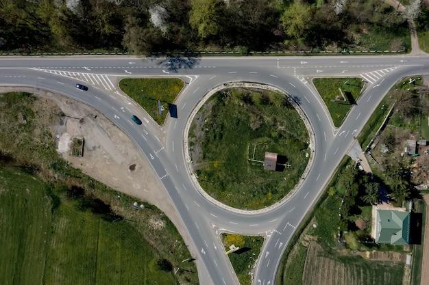 원형 순환 도로 공중 평면도에 자동차와 트럭의 로터리 교통