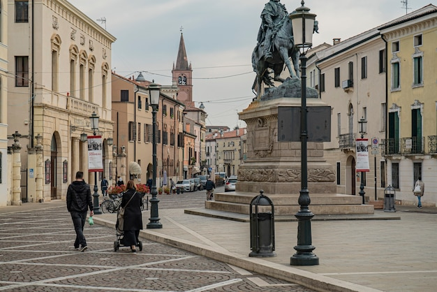 Rovigo, italy 2021년 10월 14일: rovigo의 주세페 가리발디 광장(giuseppe garibaldi square)은 역사적인 이탈리아 도시입니다.