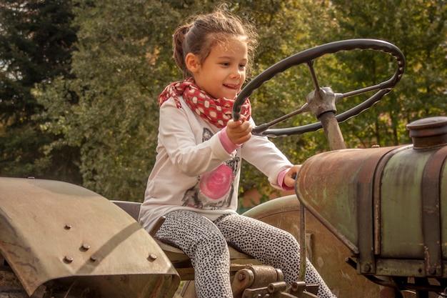 Ровиго, италия 19 февраля 2020 года: детские игры сидят на тракторе