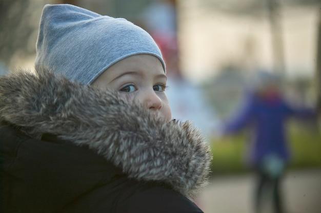 Ровиго, италия 19 февраля 2020 года: портрет ребенка зимой