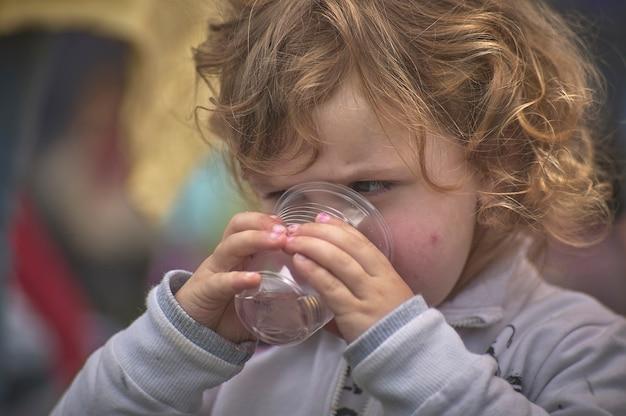 ロビゴ、イタリア2021年7月21日:子供はグラスから飲む
