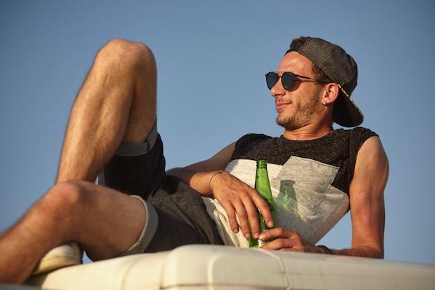 ロビゴ、イタリア2021年7月21日:ビールで屋外のリラックスした男