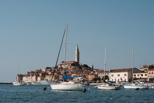 Летнее время ровиня на берегу моря хорватии