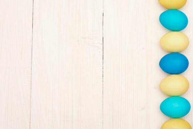 Riga delle uova di pasqua blu e gialle