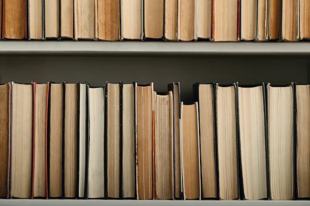 Fila di libri come sfondo, concetto di letteratura
