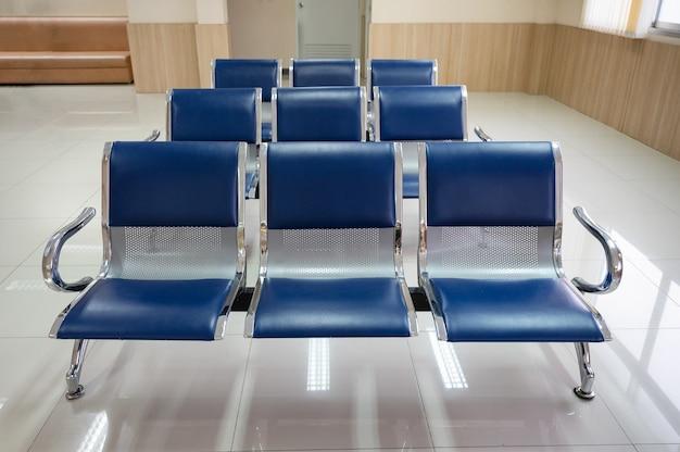 병원 리셉션에서 알루미늄 블루 벤치 의자의 행